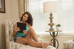 De tablet van de meisjeslezing Royalty-vrije Stock Afbeeldingen