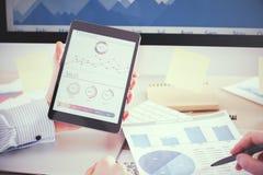 De tablet van de mensenholding Stock Afbeeldingen