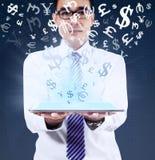 De tablet van de mensenholding voor het maken van geld online Stock Foto's