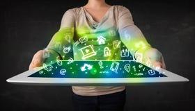 De tablet van de persoonsholding met groene media pictogrammen en symbolen Stock Foto