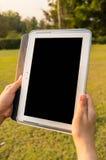 De Tablet van de vrouwenholding royalty-vrije stock afbeelding