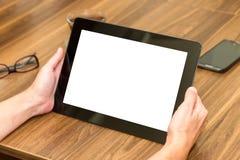 De Tablet van de vrouwenholding met het Lege Scherm Stock Foto