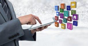 De tablet van de zakenmanholding met appspictogrammen met heldere fonkelende ster spangled achtergrond stock foto