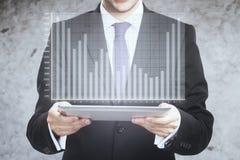 De tablet van de zakenmanholding met diagram Stock Foto