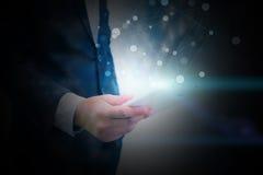 De tablet van de zakenmanholding met sociaal netwerkconcept Stock Foto
