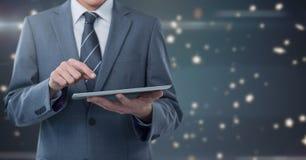 De tablet van de zakenmanholding met ster spangled achtergrond stock afbeelding