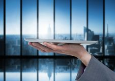De tablet van de handholding met donkere vensters over stad Stock Fotografie