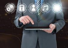 De tablet van de handholding met pictogrammeninterface van Internet van dingen stock afbeeldingen