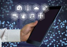 De tablet van de handholding met slimme huisinterface en schakelaars royalty-vrije illustratie