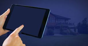 De tablet van de handholding thuis stock illustratie