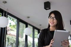 De tablet van het onderneemstergebruik op het werk jonge vrouw die werken op Royalty-vrije Stock Afbeelding