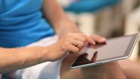 De Tablet van het zakenliedengebruik stock footage