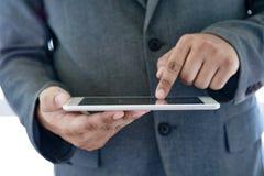 de tablet van de mensenaanraking, laptop het verbinden van de bedrijfs wifitechnologie peo Stock Foto's