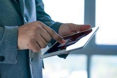 de tablet van de mensenaanraking, laptop het verbinden van de bedrijfs wifitechnologie peo Royalty-vrije Stock Afbeelding