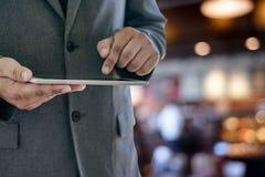 de tablet van de mensenaanraking, laptop het verbinden van de bedrijfs wifitechnologie peo Stock Afbeelding