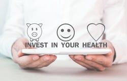De tablet van de mensenholding Investeer in uw gezondheid stock fotografie
