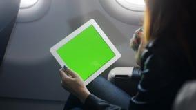 De tablet van de vrouwenholding in handen en het gebruiken van app voor het spreken stock video