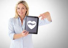 De tablet van de vrouwenholding met hart en het geven van handpictogram Royalty-vrije Stock Fotografie