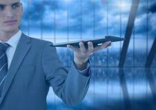 De tablet van de zakenmanholding met donkere vensters over stad Stock Afbeeldingen