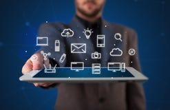 De tablet van de zakenmanholding met media grafiek stock afbeeldingen