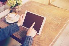 De tabletcomputer van het vrouwenspel in koffiewinkel Royalty-vrije Stock Fotografie