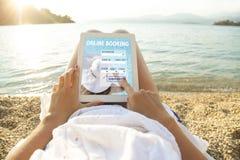 De tabletcomputer van de vrouwenholding met app hotelreservering stock foto
