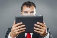 De tabletPC van de bedrijfsmensenlezing Stock Foto's