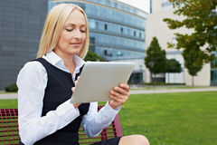 De tabletPC van de bedrijfsvrouwenholding Stock Foto's