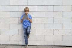 De tabletpc van de kindgreep School, onderwijs, het leren, technologie, vrije tijdsconcept Stock Afbeeldingen