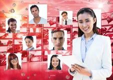 De tabletpc van de onderneemsterholding door portretten stock fotografie