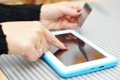 De tabletpc van de vrouwenholding en creditcard, het online Winkelen Conce Stock Afbeelding
