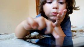 De tabletpc van het jongensgebruik stock footage