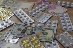 De tabletten en het geld spreiden uit chaotically2 uit royalty-vrije stock afbeelding