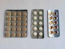 De tabletten in pakken zijn op de lijst Antibiotica van het virus Behandeling van de ziekte stock foto