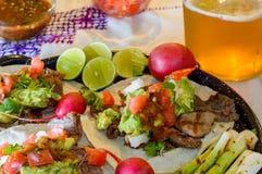 De taco's van Carneasada met ambachtbier en specerijen in Tijuana met exemplaarruimte stock foto's