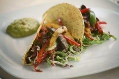 De taco van de restaurantmaaltijd met rundvleesvlees Stock Foto's