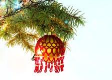 De tak van de kerstboomspar met het hangen van met de hand gemaakt het stuk speelgoed van het ambacht nieuw jaar balpatroon van r Royalty-vrije Stock Foto's