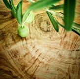 De tak van de olijf op olijf houten achtergrond Stock Fotografie