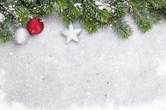 De tak van de Kerstmisspar door sneeuwkaart die wordt behandeld stock afbeelding