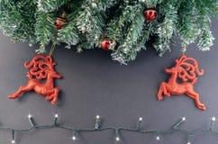De tak van de Kerstmisspar met ballen en lichte slingers op een donkere achtergrond Hoogste mening met exemplaarruimte voor tekst royalty-vrije stock fotografie