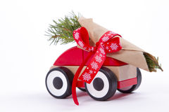 De takken van de kerstboomspar op stuk speelgoed auto Royalty-vrije Stock Afbeelding