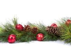 De takken van de pijnboom met de ornamenten van Kerstmis Stock Fotografie