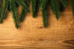 De takken van de spar op hout   Stock Foto's