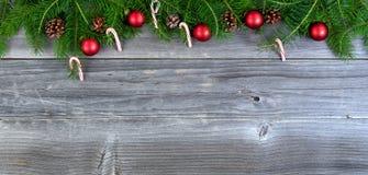 De takken van de Kerstmisspar met seizoengebonden decoratie op weer Stock Foto's