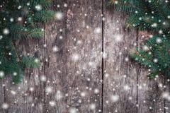 De takken van de Kerstmisspar op houten achtergrond Kerstmis en Gelukkige Nieuwjaarsamenstelling stock foto