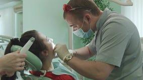 De tandarts behandelt tand stock videobeelden