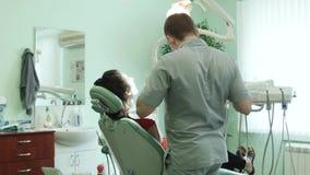 De tandarts behandelt tand stock footage