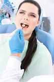 De tandarts diagnostiseert de mondholte van de patiënt Royalty-vrije Stock Foto