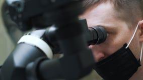 De tandarts gebruikt te diagnostiseren technologie stock video