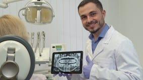 De tandarts keurt tandgezondheid op de röntgenstraal goed royalty-vrije stock foto's